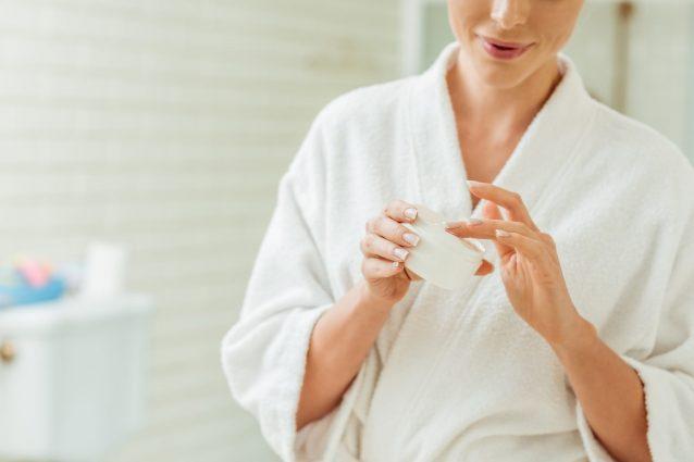 Crema antirughe fai da te: la ricetta e come prepararla..