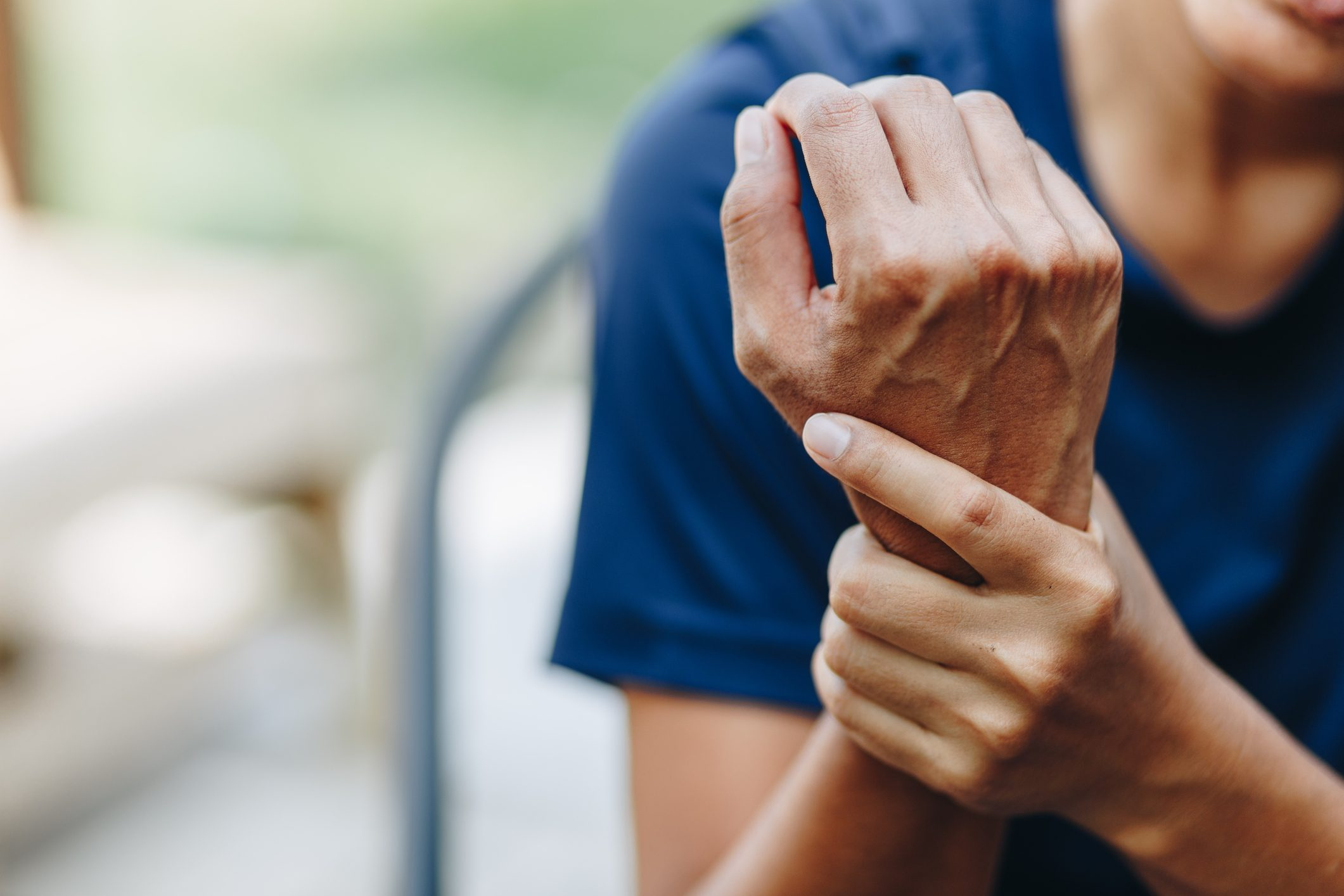 Artrite reumatoide: sintomi e 'campanelli d'allarme' da non sottovalutare
