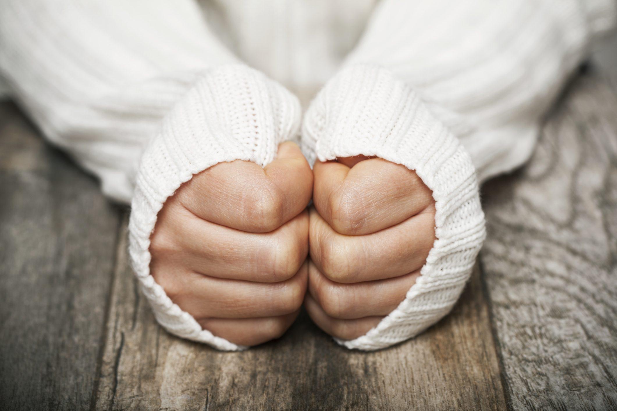 screpolature tra le dita delle mani