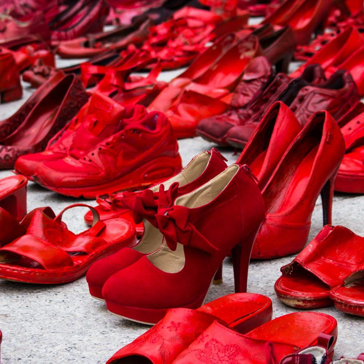 simboli contro la violenza sulle donne non solo le scarpe anche le panchine si tingono di rosso ohga simboli contro la violenza sulle donne