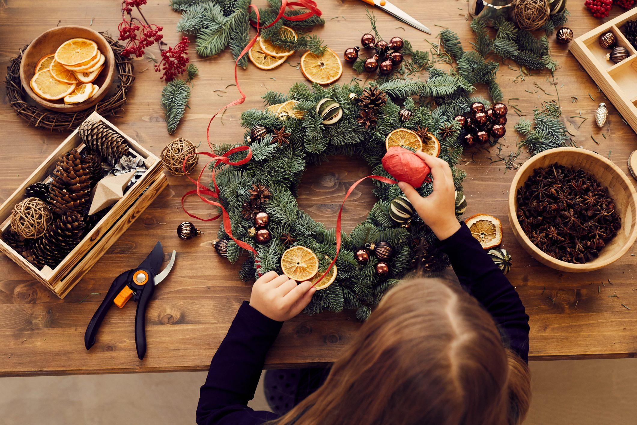 Immagini Di Ghirlande Di Natale.Come Creare Delle Ghirlande Di Natale Con Quello Che Hai In Casa Ohga